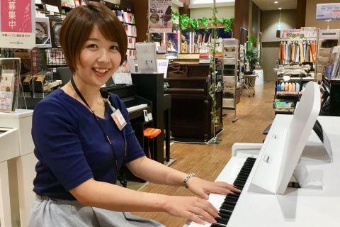 スタッフ写真ピアノインストラクター小形