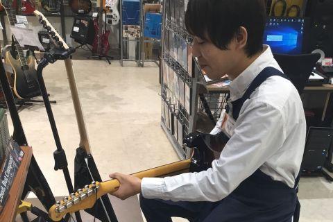 スタッフ写真ギターアクセサリー佐藤