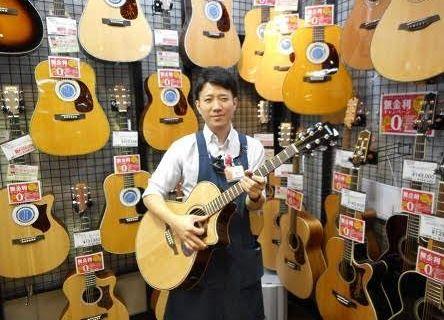 スタッフ写真アコースティックギター・ウクレレ・中古全般桑下