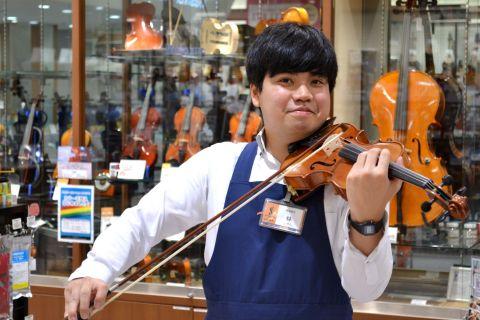 スタッフ写真弦楽器(Vn,Va,Cello)、アコギ、ウクレレ、教育楽器、ギターベースアクセサリー林