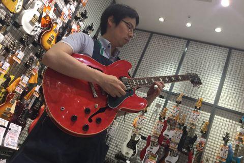 スタッフ写真アコースティックギター、エレキギター、エレキベース、ウクレレ、ギターアクセサリー井嶋