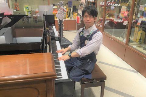 スタッフ写真ピアノ、ウクレレ、バイオリン、防音室、モレラウインドアンサンブル大西