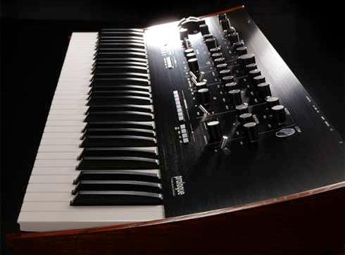 日本製鍵盤とルックス </p>   <p>演奏性やデザインに関しても、フラグシップに相応しいクオリティの追求がされています。</p>  <p>鍵盤には、日本製の上質なナチュラル・タッチ・キーボードを採用し、コルグのハイエンド・ワークステーション同様の優れたタッチ・フィールが、高い表現力を発揮します。</p>   <p>またボディは、シンセサイザー王道のルックスを新たに再構築しハイエンド・モデルとしての存在感を主張します。minilogue と同じ曲率でカーブを描くブラック・アルミニウム・フロント・パネルは、ヘアラインの美しい仕上がりに。そして重厚感あるメタル・ノブ、ダイヤカットで削り出したシルバーの指標、オーク材のサイド・ウッド・パネル。細部までこだわった、メイド・イン・ジャパンの高い品質を提供します。