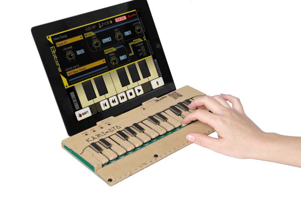 株式会社ユードー(yudo)が、制作過程も楽しいダンボール製の音楽キーボード・キット「KAMI-OTO」を発表しています。 </p>  <p>KAMI-OTOは、シリコンゴムのスイッチを取り付け、鍵盤を組み立てるとあっという間に完成します。簡単にコンピュータやスマートフォンと接続出来るので、シンセサイザーなどのアプリケーションを使って音を鳴らしたり、DAW(デジタルオーディオワークステーション)上で音楽作品を作り出すことが可能。さらに内蔵サウンドジェネレータとスピーカを搭載しているため、USBで電源を供給するだけで音楽を楽しむこともできます。</p>  <p>同社のウェブページでは現在クラウドファンディングの「kickstarter.com」でKami-Otoをファンディングするべく試作を行っており、Bluetooth内蔵タイプも用意する予定とアナウンスされています。