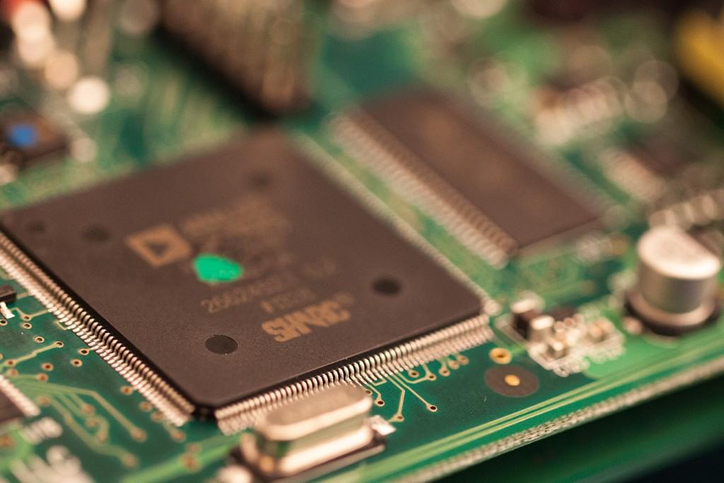 Magnetoには、366MHzのコア命令速度と最高2.4 GFLOPSのピーク性能を提供する、非常に強力な「SHARC ADSP-21369」プロセッサが搭載。また完全なアナログドライパス設計によりゼロレイテンシーを実現。Magnetoのこの高性能テクノロジプラットフォームで強力なテープエコーアルゴリズムを生み出します。