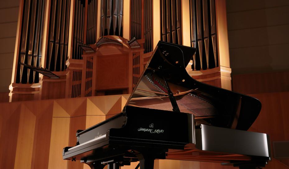 カワイが誇る最高のグランドピアノシリーズであるShigeru Kawaiから、コンサートグランドピアノSK-EX、世界最高峰のピアノコンクールであるショパン国際ピアノコンクールで実際に使用したカワイコンサートグランドピアノEXのグランドピアノ音を内蔵しています。  これらのピアノレコーディングにおいては、ピアノ作りに精通したカワイだからできる最良のピアノ選定、最高レベルの調律師(※MPA)による秀逸なピアノ調 整を行っています。それらのピアノを88個の鍵盤一つ一つ丁寧に録音することで、妥協のないピアノサウンドに仕上がりました。HI-XL音源は、弱打から強打までのスムーズな音色変化や、和音の濁りが少なく減衰に伸びのあるリアルなピアノ音を実現、そのクオリティを余すこ となく表現します。