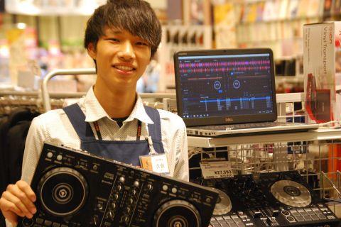 スタッフ写真DJ久保