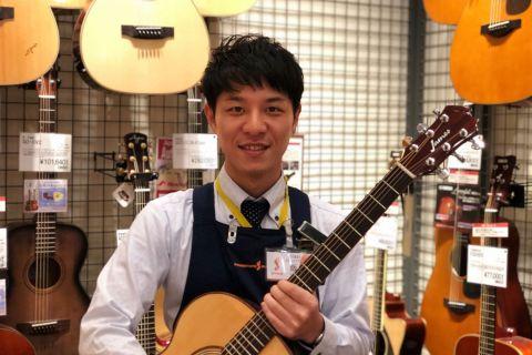 スタッフ写真店長(ギターシニアアドバイザー)飯塚