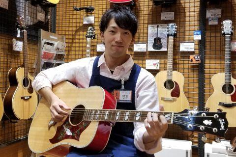 スタッフ写真アコースティックギター担当間宮