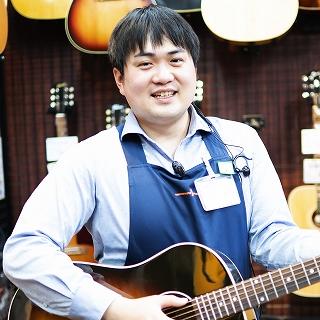 スタッフ写真《ギターエイド・ギターアドバイザー》アコーステックギター・ウクレレ・ドラム冷