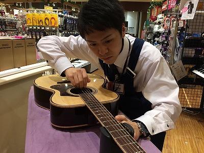 スタッフ写真アコースティックギター、ギターアドバイザー、音楽教室、岡田 拓也