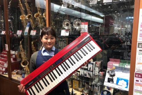 スタッフ写真電子ピアノ、金管楽器、ヴァイオリン小林