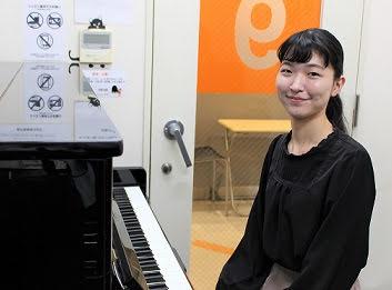 スタッフ写真ピアノインストラクター秋本