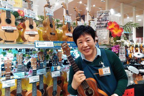 スタッフ写真ウクレレ、弦楽器、教育楽器、和楽器、民族楽器明角