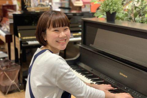 スタッフ写真ピアノ・ウクレレ玉津