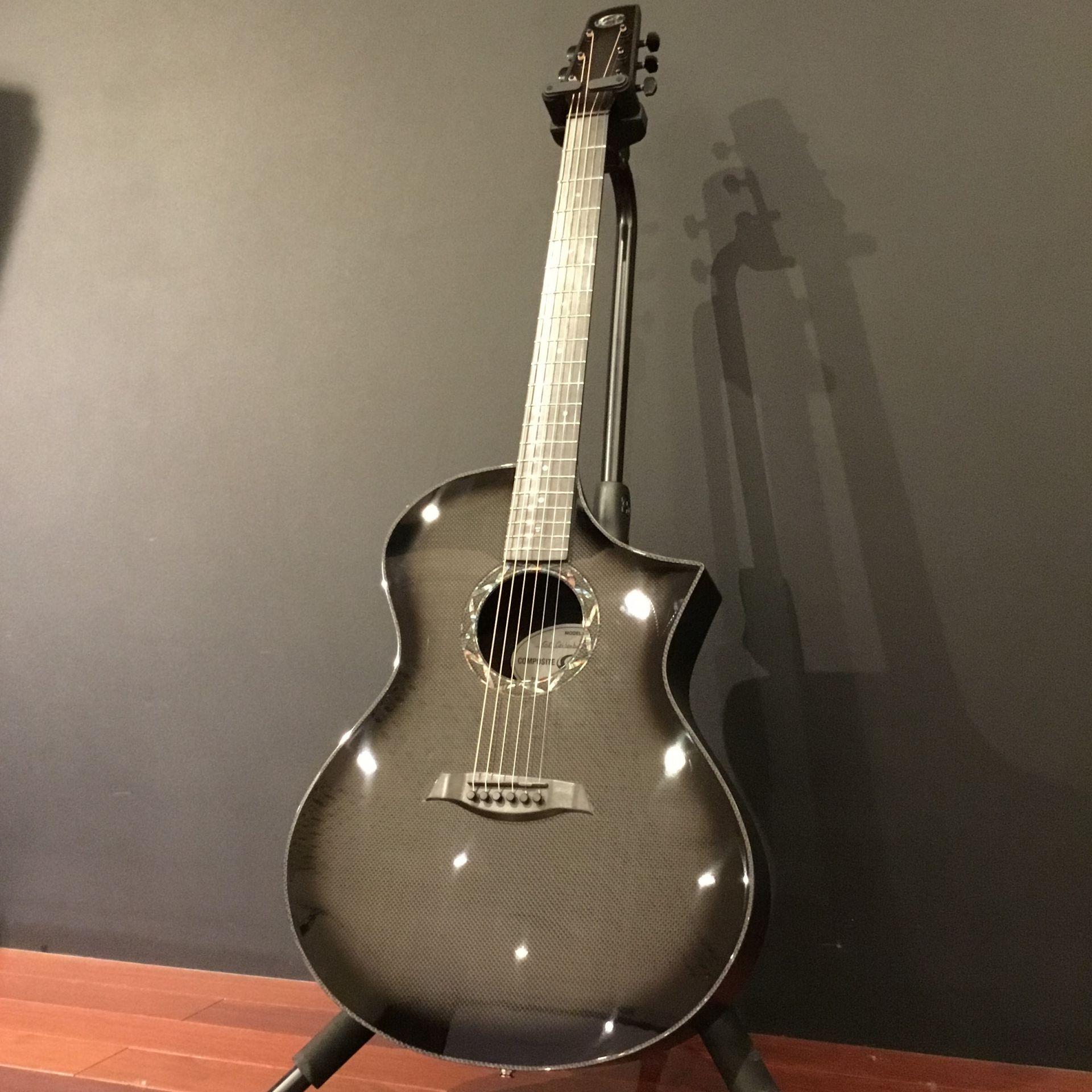 カーボンファイバー製ギターは圧倒的なヴィジュアル