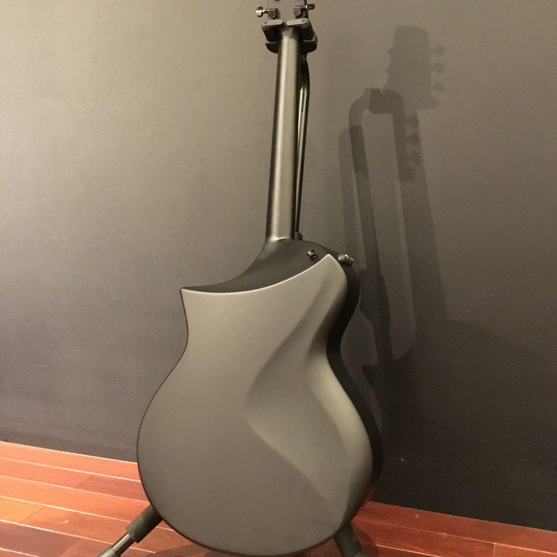 Peaveyカーボンファイバー製ギターはヴィジュアルも最高にカッコイイ