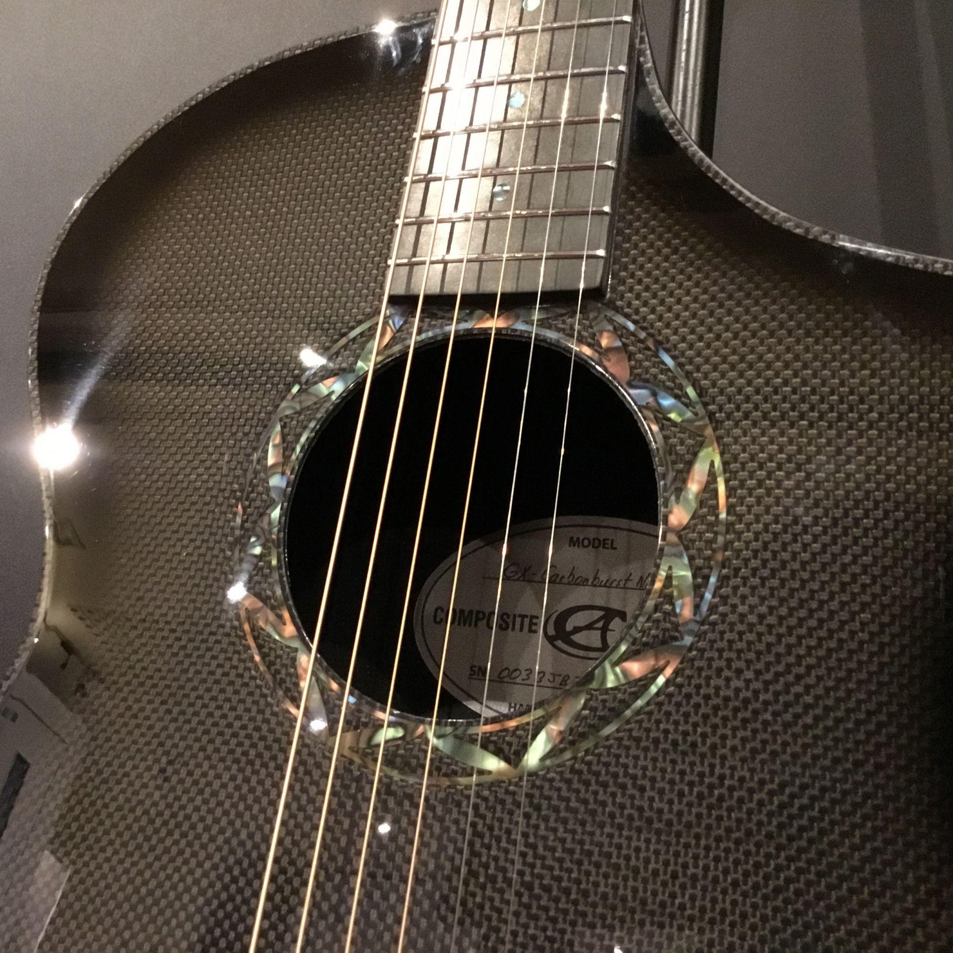 カーボンファイバー製ギター