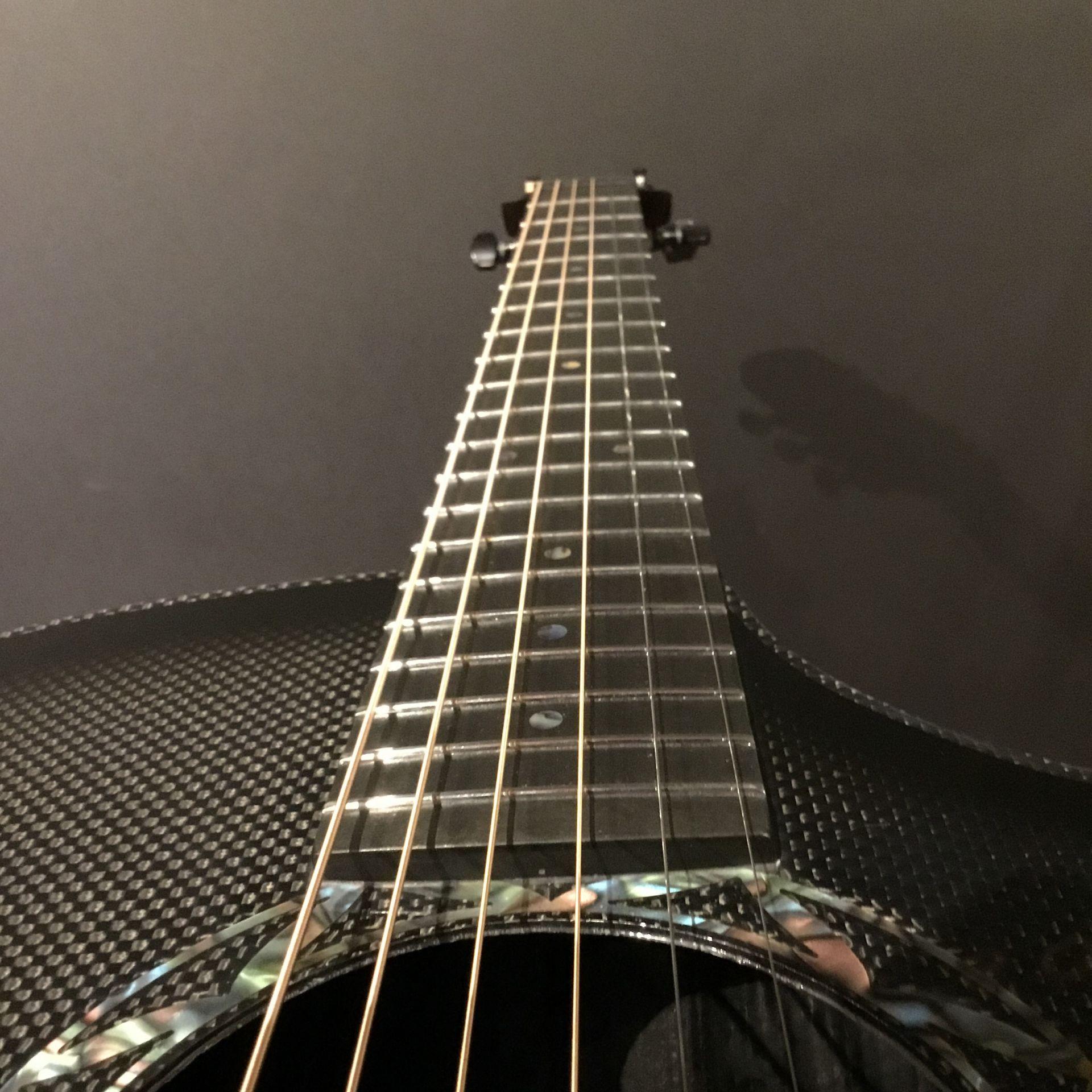 カーボンファイバー製ギターはネック調整不要