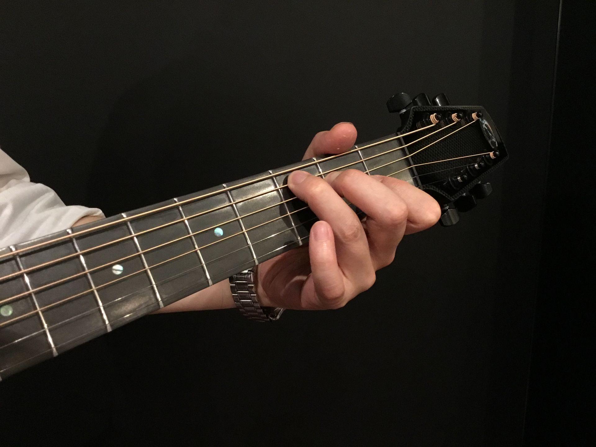 カーボンファイバー製ギターはネックが薄くて弾きやすい