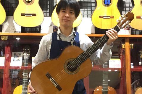 スタッフ写真副店長、ピアノ、クラシックギター担当木村