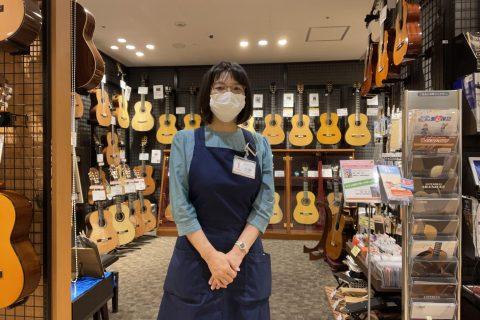 スタッフ写真クラシックギター、ギターアクセサリー担当小林