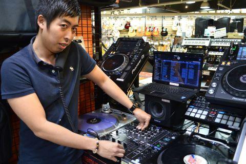 スタッフ写真DJ.PA.ウクレレ.キーボード玉田翔