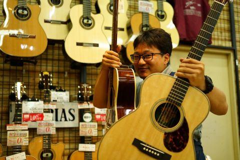 スタッフ写真アコースティックギター、ギターアクセサリー全般、イベント担当龍
