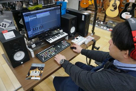 スタッフ写真副店長、アコースティックギター、ギターアクセサリー高倉