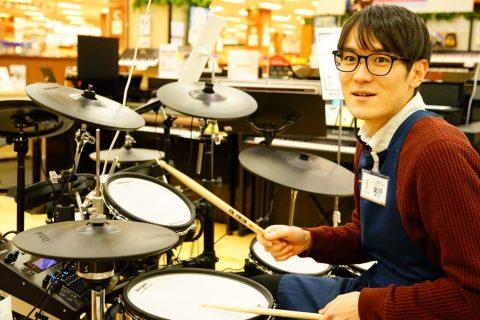 スタッフ写真ドラム、ピアノ菊野
