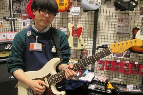 スタッフ写真エレキギター・アコースティックギター・マイク・デジタル中村