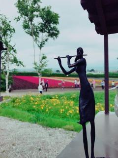 フルート像とラベンダー畑