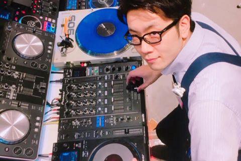 スタッフ写真店長(担当:DJ・DTM・ドラム)鶴田