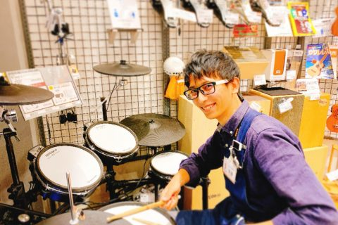 スタッフ写真ドラム&元気担当須藤