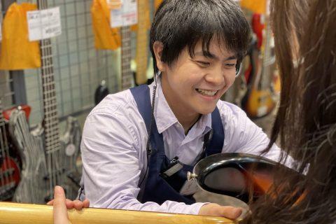 スタッフ写真アコースティックギター・エフェクター担当阿部