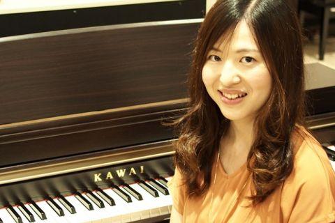 スタッフ写真ピアノインストラクター三島