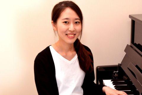スタッフ写真ピアノインストラクター(大人のためのピアノ教室)伊川
