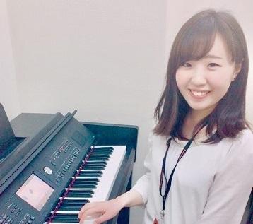 スタッフ写真ピアノインストラクター汐見