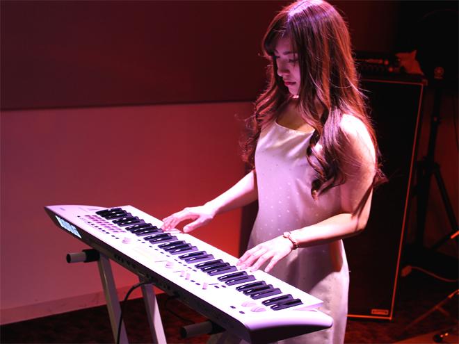 人気の高いホワイトカラー。ステージでも存在感があり、どのようなお部屋にも合わせ易い配色としました。