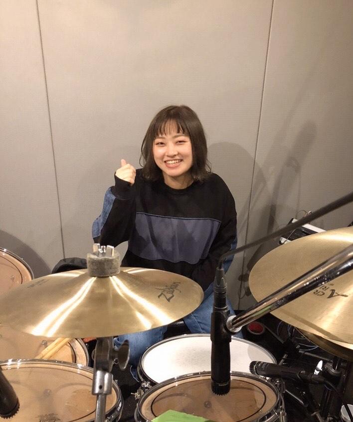 女性ドラム科講師服巻先生