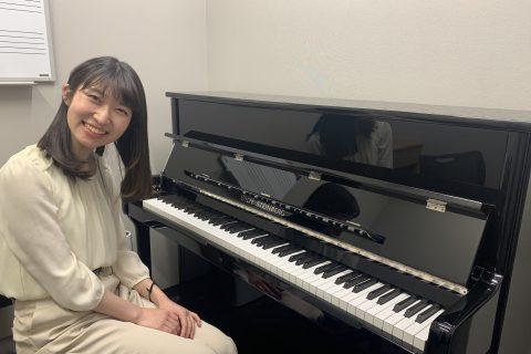 スタッフ写真<ピアノインストラクター>大人のためのピアノサロン安藤