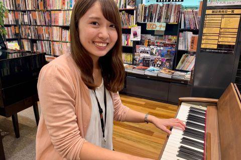 スタッフ写真ピアノインストラクター吉岡