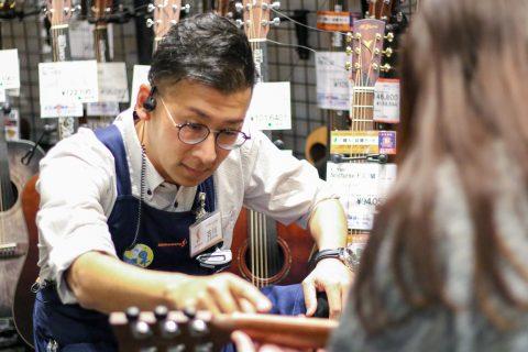 スタッフ写真営業エクスパート主任、ギターシニアアドバイザー、アコースティックギター ゴールドマスター古川 惠亮