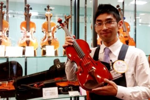 スタッフ写真弦・管楽器・ピアノ・防音アドバイザー 好きなアーティスト: ラヴェル、LUNA SEA山﨑