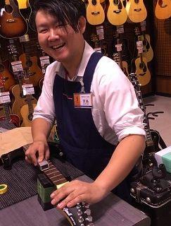 スタッフ写真アコースティックギター、アンプ宮島