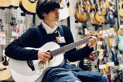 スタッフ写真ウクレレ、エレキギター、アンプ伊藤