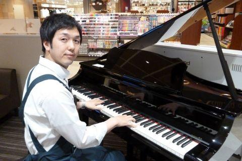 スタッフ写真副店長、ピアノアドバイザー越智