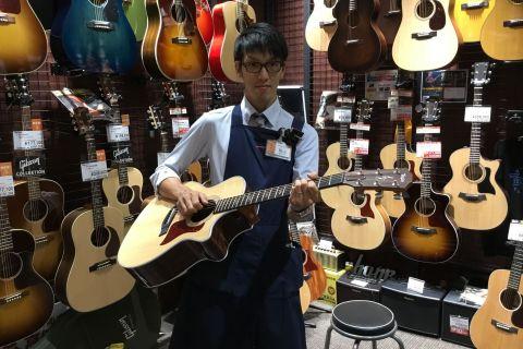 スタッフ写真アコースティックギター、アンプ穐山