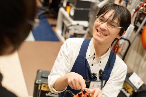 スタッフ写真ギターアクセサリー原田