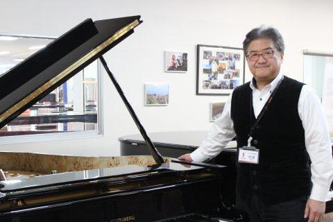 スタッフ写真ピアノ阿賀